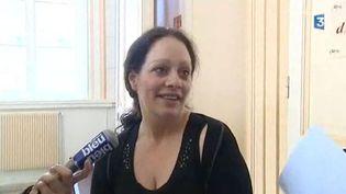 Alexandra Lange, femme battue acquittée du meutre de son mari, vendredi 24 mars 2012 à sa sortie de la cour d'assises de Douai. (CAPTURE D'ECRAN / FTVI)