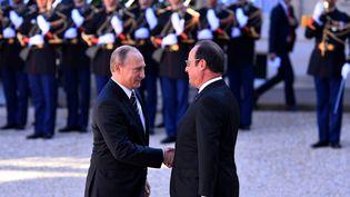 Le président de la République, François Hollande, reçoit le président russe, Vladimir Poutine, à l'Elysée, le 2 octobre 2015. (MUSTAFA YALCIN / ANADOLU AGENCY / AFP)