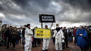 Des manifestants lors d'un rassemblement en défense de la qualité de l'air, le 27 janvier 2019 à Lyon (Rhône). (JEAN-PHILIPPE KSIAZEK / AFP)