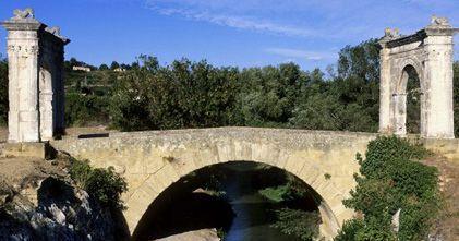 Une association locale organise des visites du pont Flavien, un ouvrage romain, à Saint-Chamas (Bouches-du-Rhône) le dimanche 9 juin 2013.
