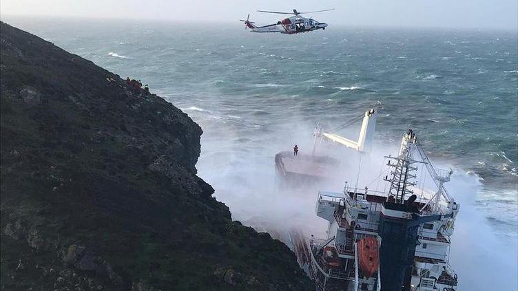 """Le cargo sous pavillon italien """"Cdry Blue"""" s'est échoué contre les falaises en Sardaigne (Italie), samedi 21 décembre. (HANDOUT . / X80001)"""