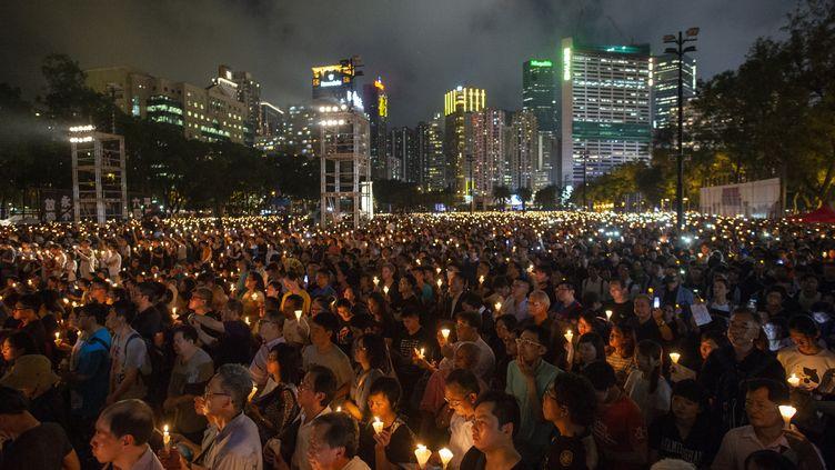 Des dizaines de milliers d'habitants de Hong Kong se réunissent en mémoire des victimes de la place Tiananmen, le 4 juin 2019. (VERNON YUEN / NURPHOTO)