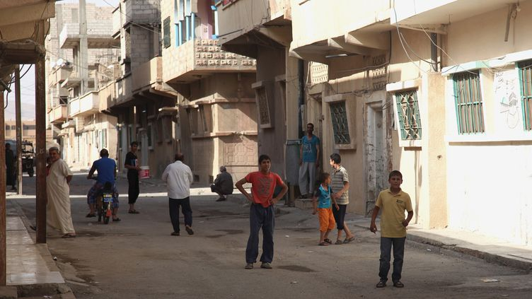 Des habitants dans une rue de Palmyre (Syrie), le 19 mai 2015, deux jours avant l'entrée dans la ville des jihadistes de l'Etat islamique. (REUTERS)