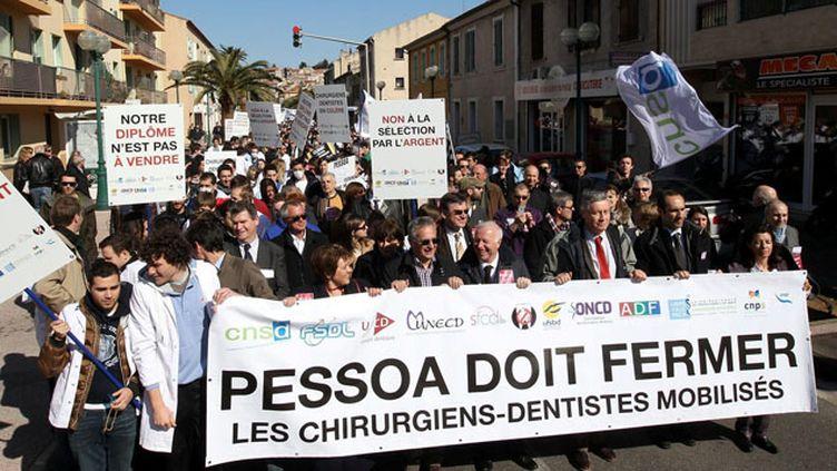 (A plusieurs reprises, les dentistes avaient manifesté contre le Clesi, ici à Toulon en mars 2013 © MaxPPP)
