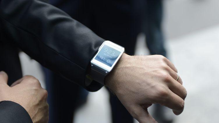 Une montre connectée au poignet d'un homme. (ALAIN DELPEY / MAXPPP)