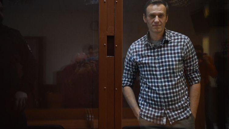Alexeï Navalny lors d'une audience au tribunal Babushkinksy de Moscou, en Russie, le 20 février 2021. (PAVEL BEDNYAKOV / SPUTNIK / AFP)