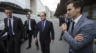 Gaspard Gantzer, le conseiller en communication de François Hollande, aux côtés du Président de la république, le 22 octobre 2014 à Paris. (IAN LANGSDON / AFP)