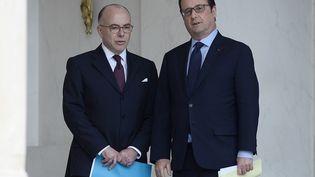 Bernard Cazeneuve et François Hollande, le 12 avril 2016 à l'Elysée, à Paris. (STEPHANE DE SAKUTIN / AFP)