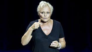 """Muriel Robin sur scène dans son spectacle """"Et pof"""", au théâtre Anthéa d'Antibes le 18 septembre 2019 (SYSPEO/SIPA)"""