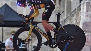 Le Slovène Primoz Roglic au départ du Tour d'Espagne lors du prologue dans les rues de Burgos, le 14 août 2021. (ANDER GILLENEA / AFP)