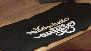 """Un T-Shirt de la marque """"Mademoiselle Autiste"""" créée parStéphanie Madaule. (France 3 Languedoc-Roussillon)"""