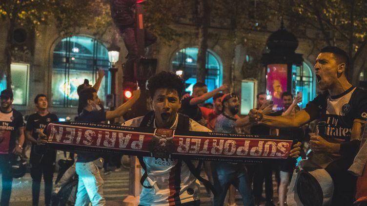 Les Champs-Elysées après la victoire du PSG contre Leipzig (BENJAMIN GUILLOT-MOUEIX / HANS LUCAS)