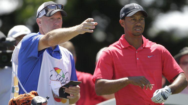 Tiger Woods écoute les conseils de son caddie, Joe LaCava. (VERN VERNA / MAXPPP)