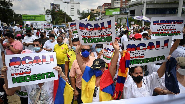 """Des manifestants participent à la """"Marche du silence"""" en signe de rejet des blocages de rues et des violences qui éclatent lors des protestations contre le gouvernement, à Cali, en Colombie, le 25 mai 2021. (LUIS ROBAYO / AFP)"""
