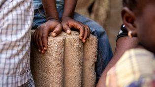 Une famille mozambicaine réfugiée à Pemba, la capitale de la province de Cabo Delgado dans le nord du pays, dont la fille de 14 ans a été prise en otage par des hommes armés. (Sacha Myers / Save the Children)