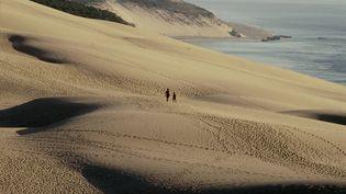 Des touristes marchent sur la dune du Pilat, près d'Arcachon (Gironde), le 17 novembre 2011. (  MAXPPP)