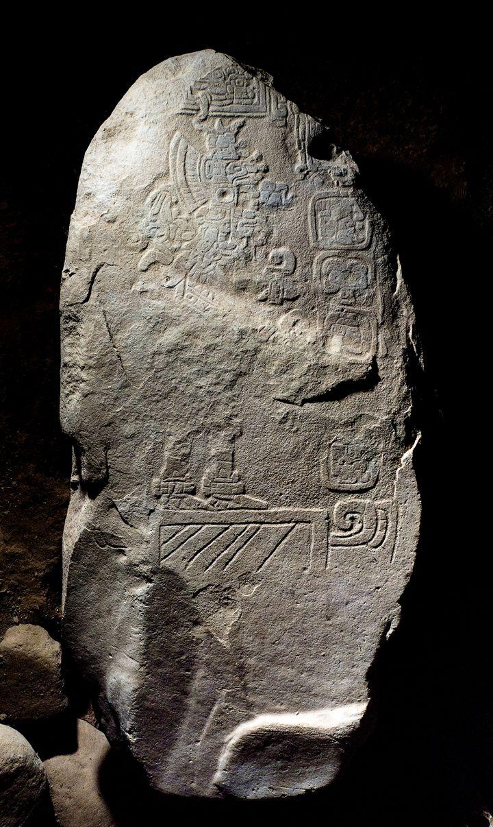 La stèle maya, datant d'environ 100 avant J.C.,découverte en septembre 2018 sur le site archéologique Tak'alik Ab'aj au Guatemala. (GUATEMALAN MINISTRY OF CULTURE / AFP)