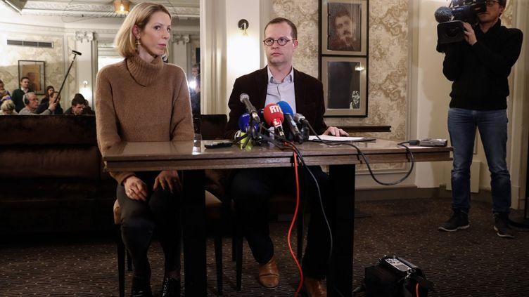Jeanne Der Agopian, chargée des relations presse, et Benjamin Blanchard, directeur de l'association SOS Chrétiens d'Orient, lors d'une conférence de presse sur l'enlèvement de trois Français et un Irakien à Bagdad, le 24 janvier 2020. (THOMAS SAMSON / AFP)