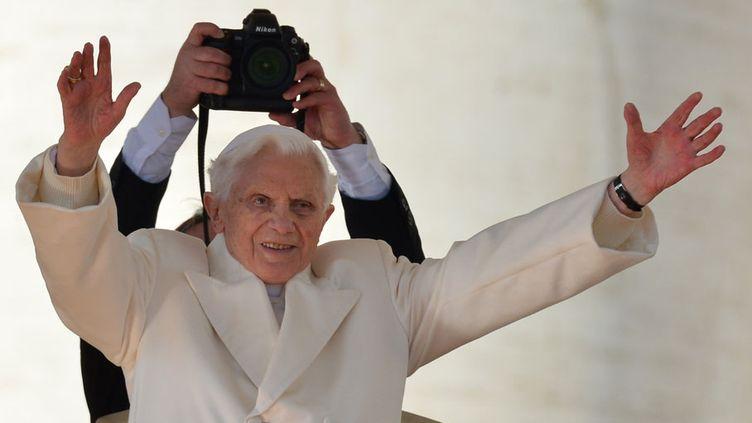 Devant la basilique, il est apparu voûté et frêle, mais souriant et ému. (GABRIEL BOUYS / AFP)