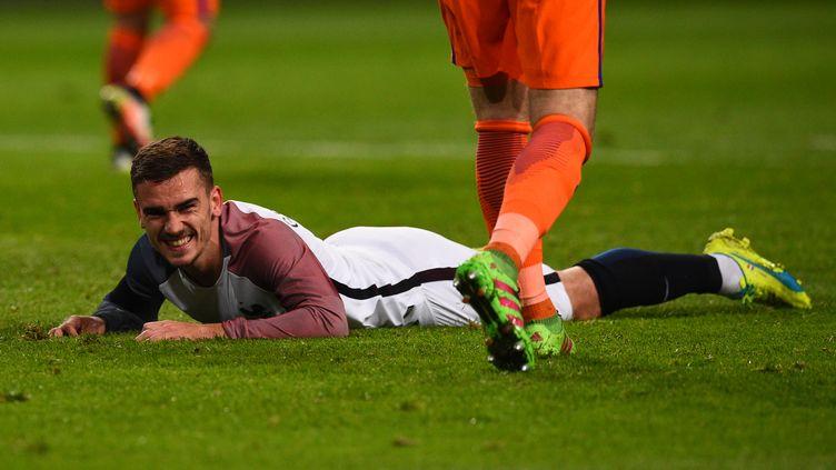 Antoine Griezmann, l'attaquant de l'équipe de France de football, sembletellement parfait qu'il en devient suspect. (FRANCK FIFE / AFP)