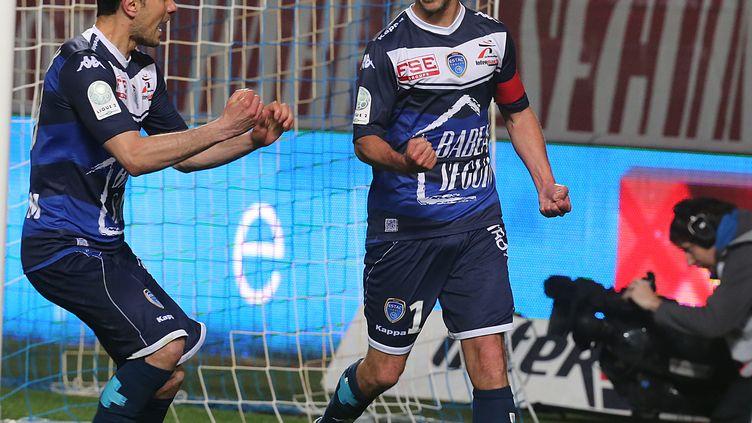 Le joueur de Troyes Benjamin Nivet (à droite) célèbre son but contre Angers, au stade de l'Aube, le 28 avril 2015. (FRANCOIS NASCIMBENI / AFP)