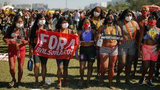 Des opposantes à Jair Bolsonaro réclament sa destitution, le 19 juin 2021 à Brasilia (Brésil). (SERGIO LIMA / AFP)