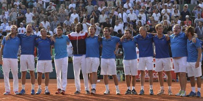 Le groupe France entonne La Marseillaise avec le public de Roland-Garros