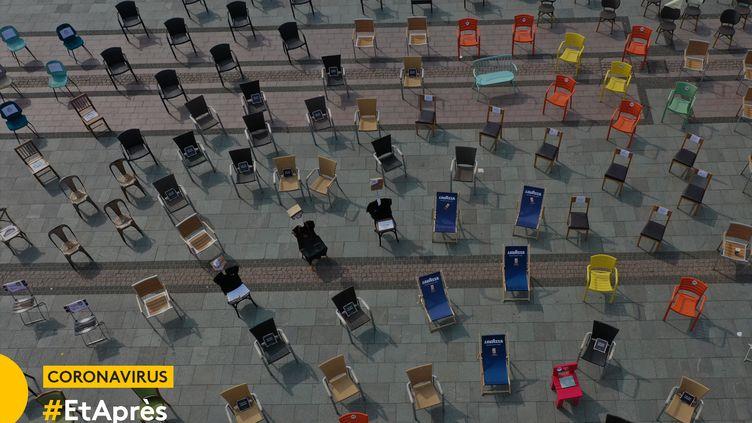 Chaises vides sur une place à Essen (Allemagne), le 24 avril 2020. (INA FASSBENDER / AFP)