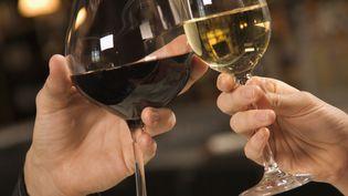 Comme chaque année, le beaujolais nouveau pourra être dégusté à partir du troisième jeudi de novembre, soit le 21 novembre 2013, à partir de minuit. (GETTY IMAGES/FOTOSEARCH RF)
