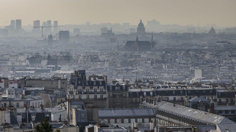 La ville de Paris lors d'un épisode de pollution de l'air, le 3 mars 2021. (JACOPO LANDI / HANS LUCAS / AFP)