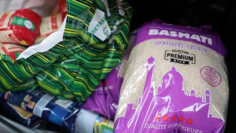 Du riz et des pâtes stockés en cas de confinement à cause du Covid-19 (FRANCEINFO)