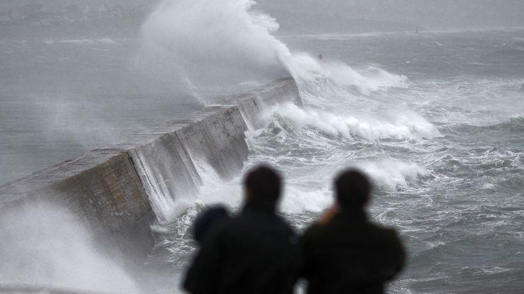 Des vagues se brisent sur le port d'Esquibien (Finistère), lundi 23 décembre 2013. (MAL LANGSDON / REUTERS )