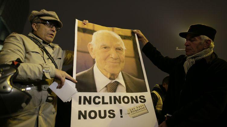 Des Parisiens rendent hommage à Stéphane Hessel place de la Bastille, le 27 février 2013 à Paris. (KENZO TRIBOUILLARD / AFP)