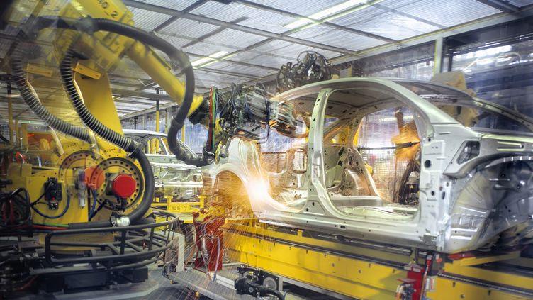Robot sur une chaîne d'une usine automobile   (Monty Rakusen / GETTY IMAGES)