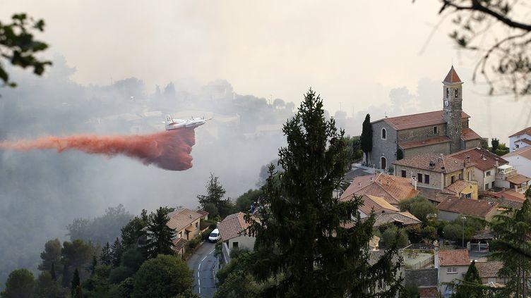Un avion largue du retardant, le 17 juillet 2017, à Castagniers (Alpes-Maritimes), pendant un feu de forêt. (MAXPPP)