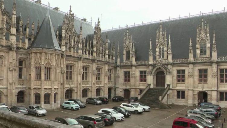 Les tribunaux aussi vont devoir s'adapter aux mesures sanitaires mises en place en vue du déconfinement, comme c'est le cas au tribunal de grande instance de Rouen (Seine-Maritime). (FRANCE 2)