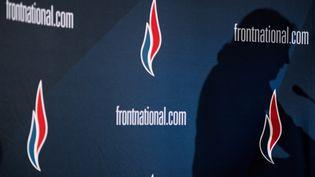 L'ombre de Marine Le Pen, sur le logo du Front national, lors d'un meeting du parti, le 29 novembre 2014, à Lyon (Rhône). (JEFF PACHOUD / AFP)