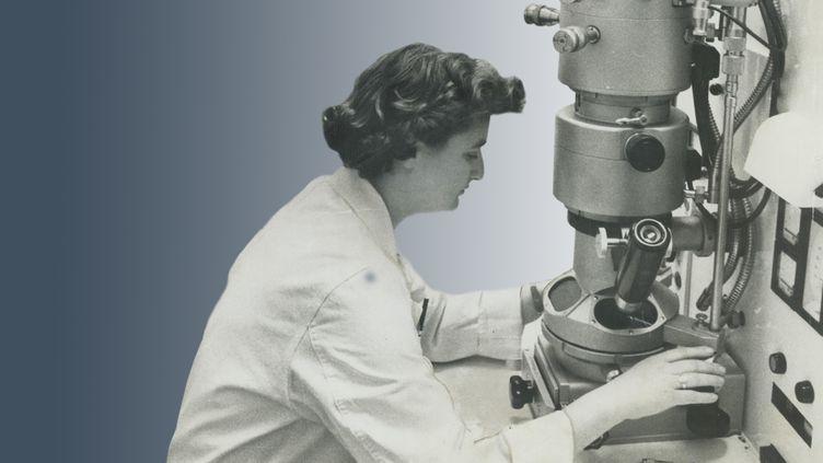 June Almeida devant un microscopedans un laboratoire à Toronto (NORMAN JAMES / GETTY)