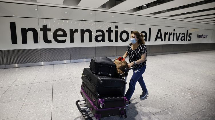 Une voyageuse arrivant à l'aéroport d'Heathrow, à Londres (Royaume-Uni), le 2 août 2021. (TOLGA AKMEN / AFP)