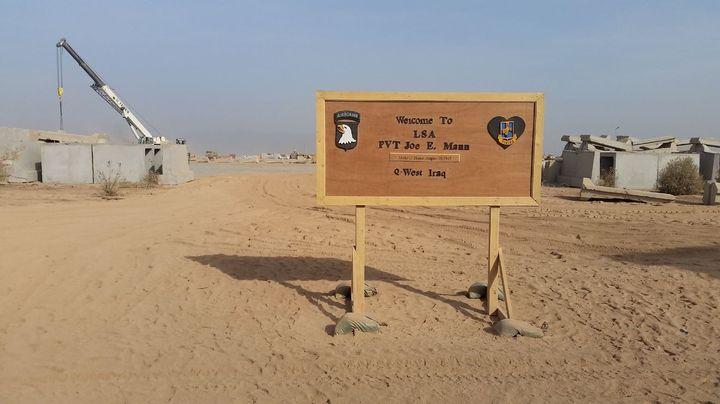L'entrée de la base deQayyarah. (MATHILDE LEMAIRE / RADIO FRANCE)