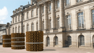 Les trois tourelles de briques du plasticien David Hurstel prendront place sur la terrasse du palais des Rohan.  (Culturebox - capture d'écran)