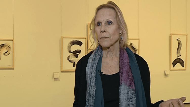 Carolyn Carlson expose une centaine de dessins et calligraphies, témoins de sa recherche du mouvement perpétuel.  (France 2 Culturebox)