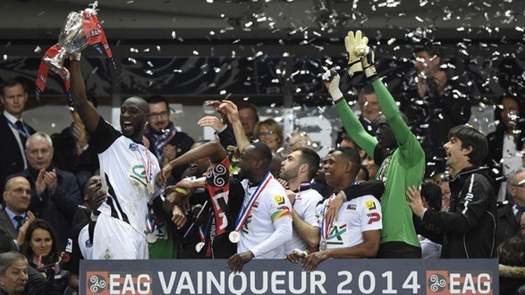 L'En Avant Guingamp remporte la Coupe de France 2014, ici levée par Mustapha Yatabare (FRANCK FIFE / AFP)
