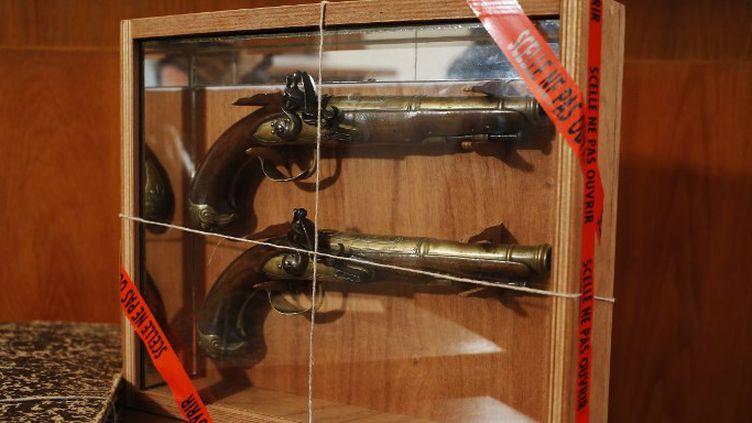 Les deux pistolets de Surcouf du musée de Saint-Malo  (CHARLY TRIBALLEAU / AFP)