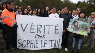 Les parents de Sophie Le Tan tiennent une banderole pour réclamer la vérité sur la mort de leur fille, àMundolsheim (Bas-Rhin), le 7 septembre 2019, un an après sa disparition. (FREDERICK FLORIN / AFP)