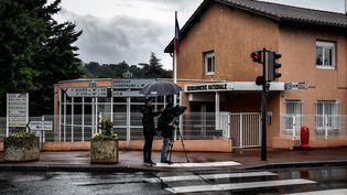 La caserne de gendarmerie de Limonest, où deux fillettes ont été retrouvées mortes le 10 juin 2018 dans la soirée. (JEFF PACHOUD / AFP)