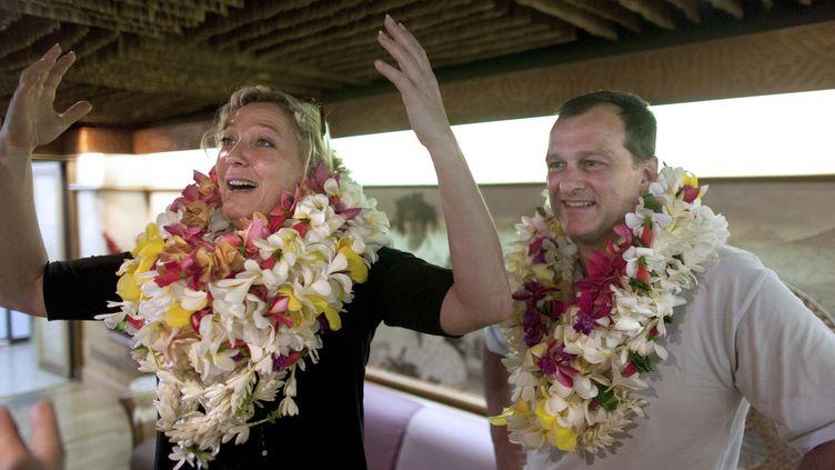 La présidente du Front national, Marine Le Pen, et son compagnon, Louis Aliot, à Papeete, à Tahiti, le 20 mars 2013. (GREGORY BOISSY / AFP)