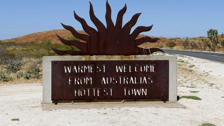 """Un panneau à l'entrée de la ville de Marble Bar (Etat d'Australie occidentale) souhaite la bienvenue dans """"la ville la plus chaude d'Australie"""". (PAUL MAYALL / PICTURE ALLIANCE / AFP)"""