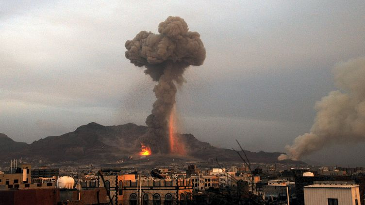 Des flammes et de la fumée s'élèvent dans le ciel de Sanaa, la capitale du Yémen, après un raid de l'Arabie saoudite, le 11 mai 2015. (MOHAMMED HAMOUD / ANADOLU AGENCY / AFP)