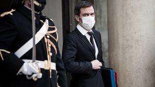 Le ministre de la Santé, Olivier Véran, quitte l'Elysée, à Paris, le 20 janvier 2021. (ARTHUR NICHOLAS ORCHARD / HANS LUCAS / AFP)